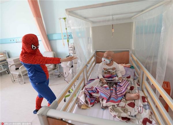Sau khi quyên tiền, người phụ nữ lại lặng lẽ vào bệnh viện để chăm sóc đứa con trai bị bệnh.