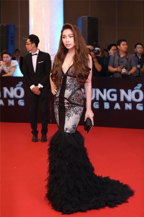 Quỳnh Thư khoe được đường cong trong dáng váy đuôi cá ôm sát. Sự kết hợp giữa ren, lưới, vải bóng làm gợi nhớ đến trang phục dạ hội những năm 2000 và trông không khác hàng chợ.