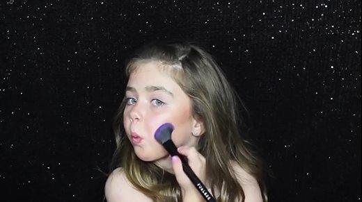 Bạn có chắc là mình trang điểm giỏi hơn bé gái này?