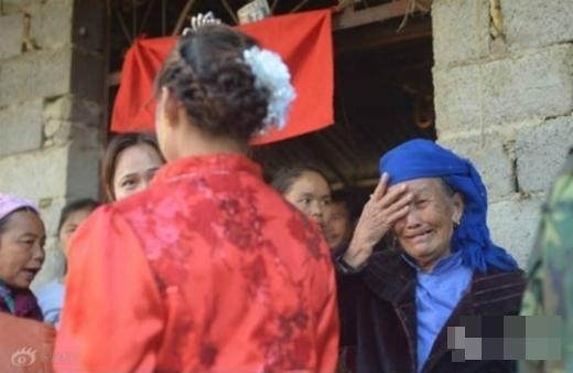 Bà của Xiaxia khóc trong đám cưới của cháu. (Ảnh: Internet)
