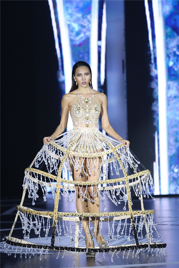 """Minh Triệu """"đốt cháy"""" sân khấu với váy hở bạo liệt"""