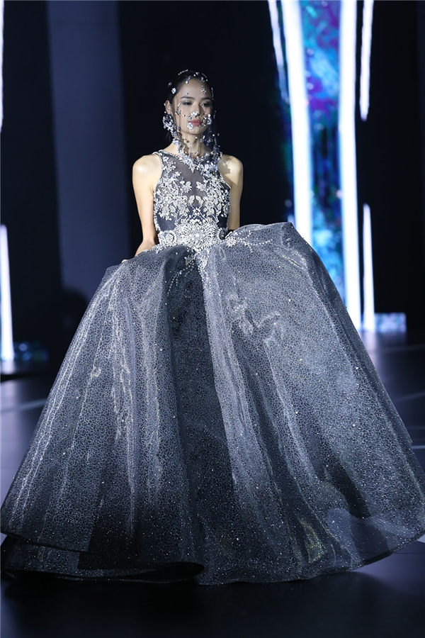 Váy xòe sử dụng chi tiết đính kết làm điểm nhấn.