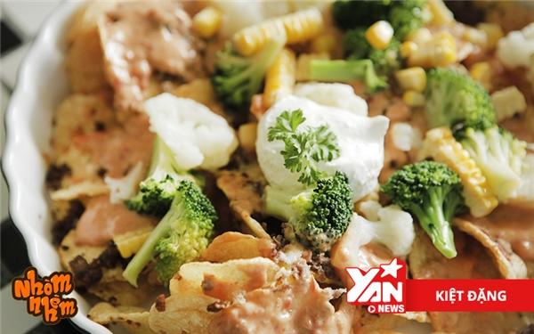 Khoai tây được chiên giòn rụm, sau đó được rưới lênsốt phô mai kèm với cà chua. Các loại topping như thịt bò bằm, bông cả xanh, hạt bắp sẽ giúp món ăn đỡ ngấy.