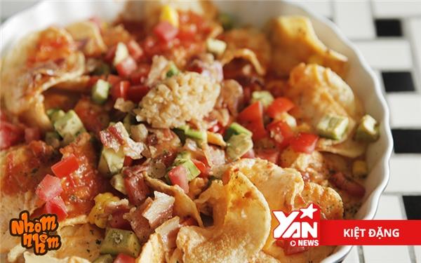 Ngoài khoai tây,Nachoscòn có vị chua ngọt của sốt cà chua cùng vị béo của bơ. Topping gồm có thịt ba rọixông khói cùng 2 loại sốt phô mai béo ngậy.