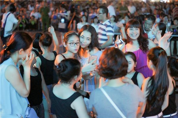 Sự xuất hiện của Thu Minh đã thu hút sự chú ý của đông đảo người dân nơi đây.