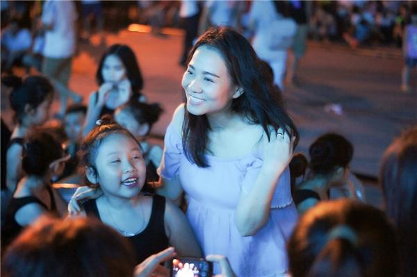 Rất nhiều fan nhí đã xin chụp ảnh lưu niệm cùng thần tượng. Dù công việc bận rộn nhưng Thu Minh luôn vui vẻ, thân thiện cùng mọi người.