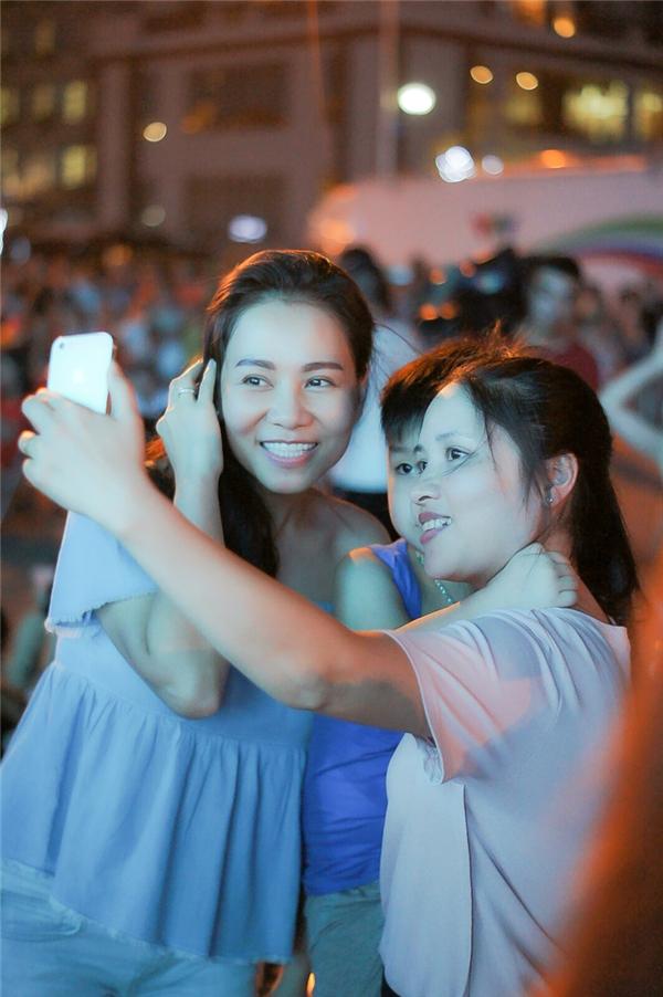 Chính sự hoà nhã, dễ gần của nữ ca sĩ Đường cong đã khiếnkhán giả tại Sầm Sơndành cho cô nhiều tình cảm trân quý.