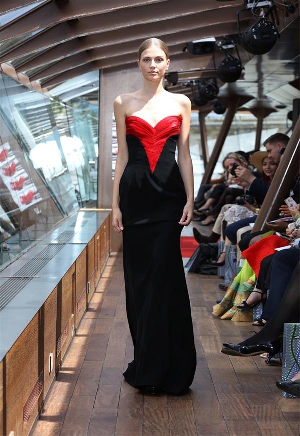 Những chiếc váy điệu đà, nữ tính lấy họa tiết hoa hồng làm chủ đạo - nguồn cảm hứng bất tận trong sáng tạo nghệ thuật.