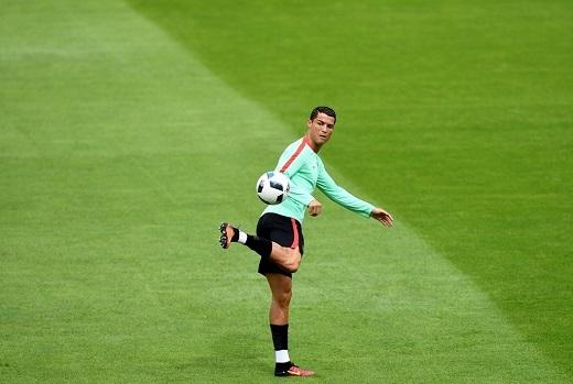 Sau khi trận đầu tiên khép lại, anh còn phải chịu những lời nhận xét khó nghe sau khi từ chối bắt tay và đổi áo đấu với cầu thủ Iceland.