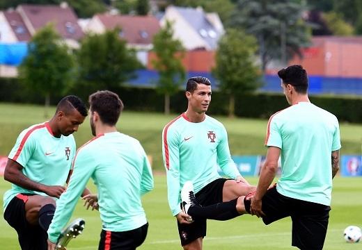 Trong khi đó, Ronaldo cũng chê Iceland là đội tuyển không có khao khát chiến thắng khi phòng ngự tiêu cực. Đây cũng là nguyên nhân khiến CR7 và đồng đội không thể giành 3 điểm ở lượt đầu tiên.