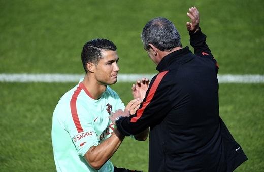 HLV Santos và Cristiano Ronaldo trò chuyện và trao đổi chiến thuật trên sân tập.