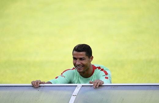 Cristiano Ronaldo có tâm trạng khá vui vẻ trước trận đấu khó khăn gặp Áo. Ở lượt đầu, Bồ Đào Nha và Áo chưa đạt được kết quả thi đấu như sự kìvọng. Áo thua Hungary 0-2, trong khi Bồ Đào Nha chia điểm với Iceland.