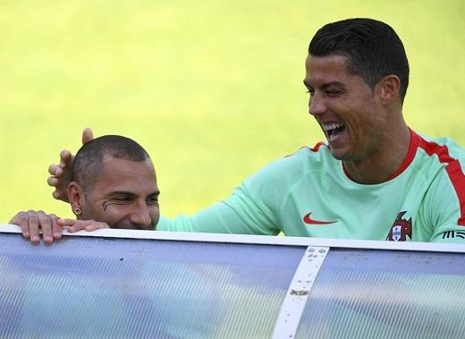 Cristiano Ronaldo và cùng đồng đội Ricardo Quaresma đùa vui trên sân tập. Anh đứng trước cơ hội trở thành cầu thủ đầu tiên ghi bàn ở 4 kìeuro liên tiếp.