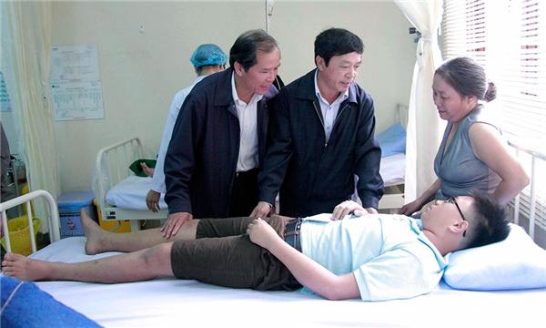 Lãnh đạo tỉnh Lâm Đồng thăm hỏi các nạn nhân gặp nạn trong vụ tai nạn này. Ảnh: Internet