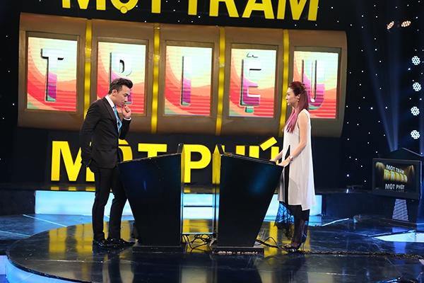 """Nữ ca sĩ Pha Lê với vốn kiến thức uyên thâm đã """"1 đánh 2"""" và giành chiến thắng để bước vào vòng cuối."""