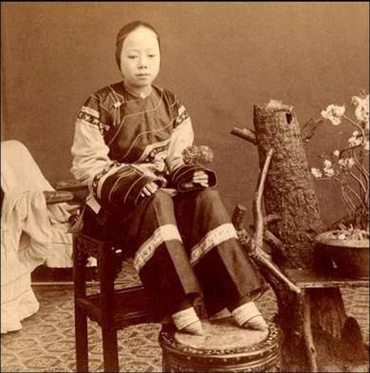 Xã hội phong kiến Trung Quốc quan niệm bàn chân nhỏ là đỉnh cao cái đẹp của người phụ nữ. (Ảnh: Internet)