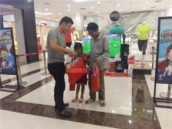 Kết thúc dòng chú thích, người chia sẻ còn không quên cung cấp thêm rằng người đàn ông lam lũ bán tỏi ở chợ Việt Trì và hi vọng những ai có lòng hãy ghé ngang ủng hộ ông. (Ảnh: Beatvn)