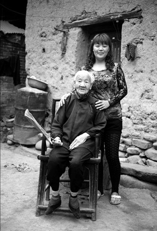"""Hán Thành Đế vì rất ấn tượng với dáng điệu của nàngkhi nhảy múa trên đôi chân bó gọn nên gọi nó là """"Kim liên tam thốn"""" (Gót sen ba tấc) và ra lệnh cho những cung phi khác cũng bắt chước theo. (Ảnh: Internet)"""