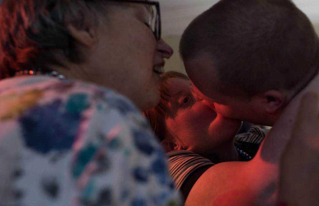 Krysta hôn Nathaniel trong khi người bạn Rochelle muốn bắt chuyện với anh tại một buổi khiêu vũ. (Ảnh: Internet)