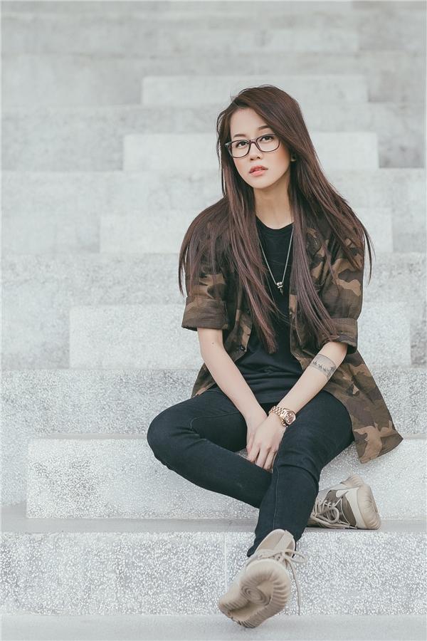 Dù mix đồ theo phong cách tối giản nhưng An Nguy vẫn biết cách tạo sức hút đặc biệt cho bộ trang phục cực chất và cá tính.