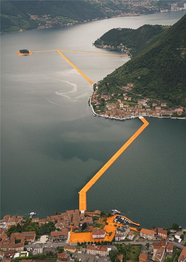 Toàn cảnh chiếc cầu nổi trên mặt Hồ Iseo nối liền Sulzano, Monte Isola và bao quanh đảo San Paolo