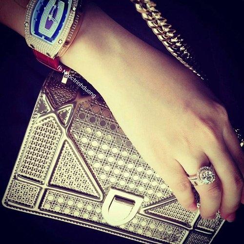 Theo chia sẻ của Ngọc Trinhtrên trang cá nhân, chiếc đồng hồ này chỉ được sản xuất haicái trên thế giới và cô đã rất may mắn được sở hữu nó. - Tin sao Viet - Tin tuc sao Viet - Scandal sao Viet - Tin tuc cua Sao - Tin cua Sao