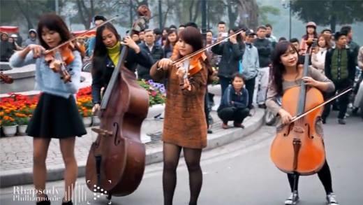 Truyền thông nước ngoài bất ngờ trước màn flashmob đặc biệt tại Hà Nội