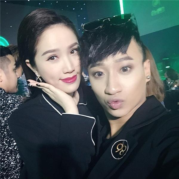 Bảo Thy nhí nhảnh selfie cùng Tô Lâm.