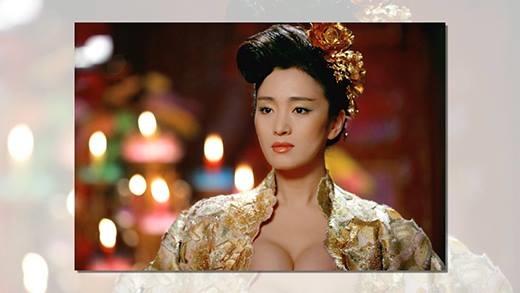 """Trên màn ảnh rộng, màn khoe ngực cổ trang gây choáng nhất là của Củng Lợi trong Hoàng Kim Giáp. Nữ minh tinh khiến người xem """"bỏng mắt"""" vì trang phục lộng lẫy nhưng cực kìgợi cảm."""