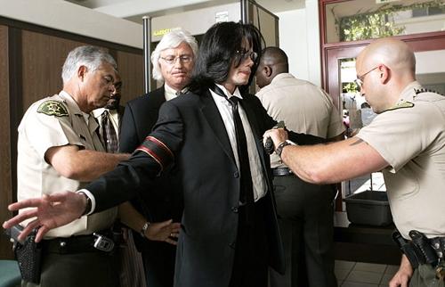 Micheal Jackson bị cảnh sát khám xét.