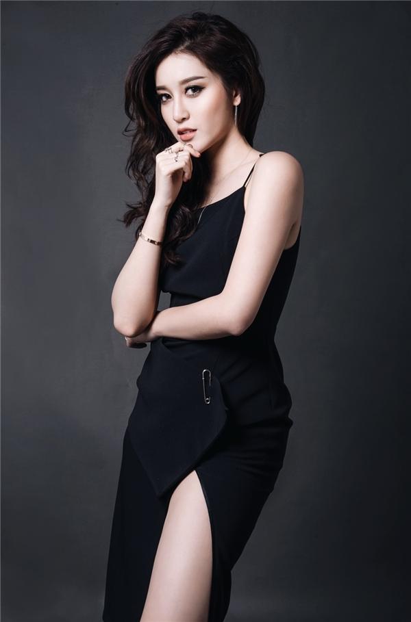 Á hậu Việt Nam 2014 diện váy đen đơn giản với điểm nhấn ờ đường xẻ tà gợi cảm. Sau 2 năm, Huyền My ngày càng trưởng thành, chững chạc hơn. Trước khi du học, Huyền My là một trong những mĩ nhân đắt show sự kiện của V-biz.