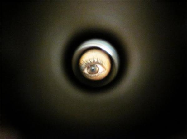Thật ra, nếu bạn nghĩ cái lỗ nhòm nhỏ xíu đó vô dụng thì hoàn toàn là sai lầm. (Ảnh minh họa - Nguồn Internet)