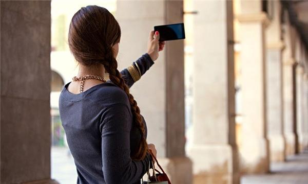 Đeo đồ trang sức giá trị đầy người lộ liễu ngoài đường, giơ điện thoại đắt tiền mà không phòng bị rất dễ khiến bọn trộm chú ý, gây nguy hiểm cho bản thân. (Ảnh minh họa - Nguồn Internet)
