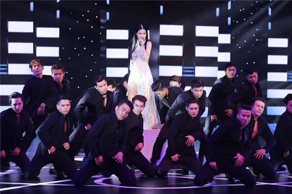 Không ít người tỏ ra bất ngờ và đánh giá cao về khả năng vũ đạo, giọng hát, trang phục và cả thần thái biểu diễn ngày càng sắc của giọng ca Pink Girl. - Tin sao Viet - Tin tuc sao Viet - Scandal sao Viet - Tin tuc cua Sao - Tin cua Sao