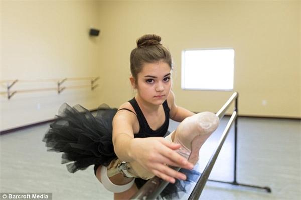 Cô gái kiên cường và mạnh mẽ này vẫn tiếp tục theo đuổi đam mê nghệ thuật của mình.