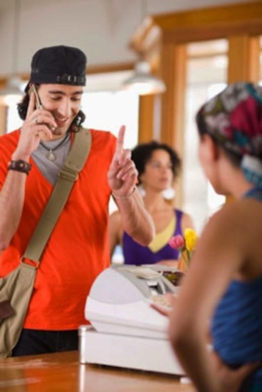 Nếu bạn đang mua đồ, và có một cú điện thoại, đừng dây dưa cuộc nói chuyện. Trong ăn hoá xếp hàng mua đồ, bạn hãy bước ra ngoài và nhường lượt cho những người phía sau nếu đó là cuộc điện thoại quan trọng.(Ảnh: Internet)