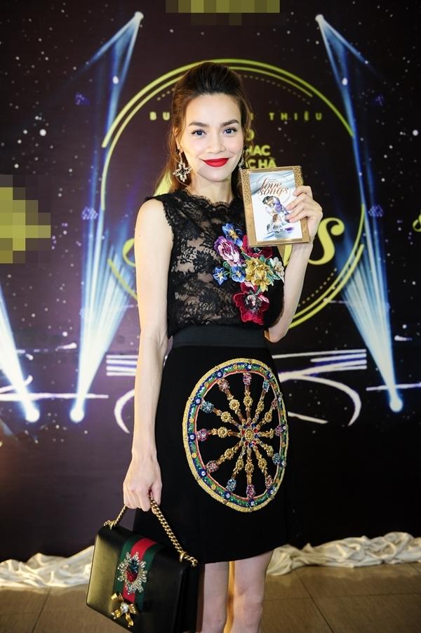 Người đẹp không quên diện túi xách hàng hiệu có giá hơn 2500 USD.