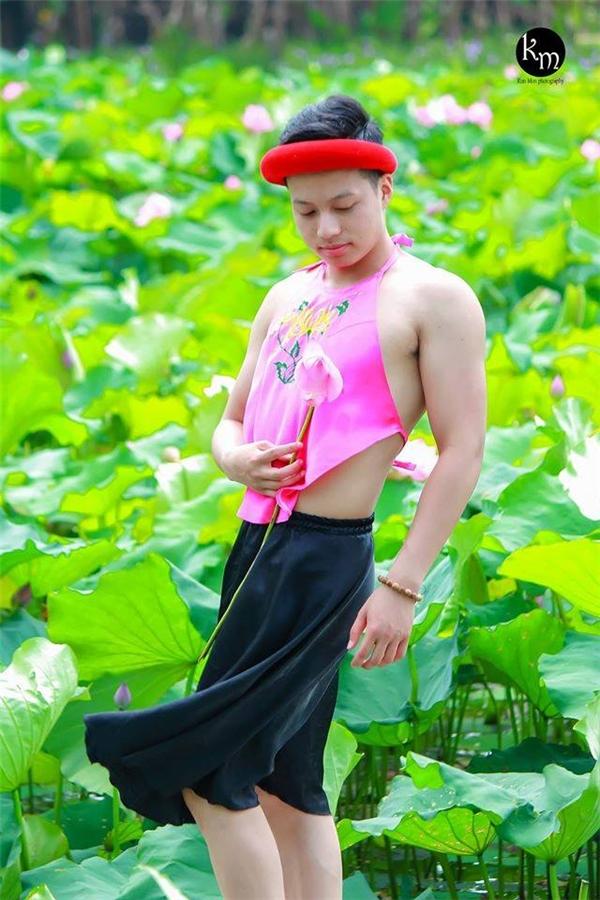 """Bộ ảnh chàng trai mặc yếm bên hồ sen """"gây bão"""" cộng đồng mạng"""