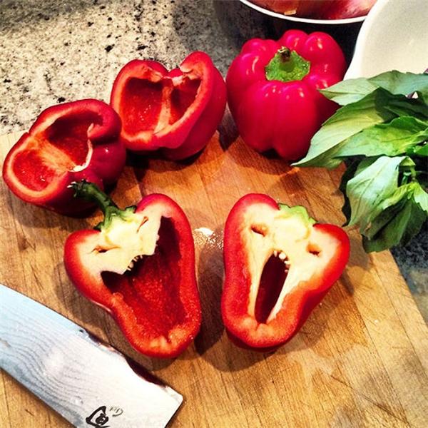 Trái ớt chuông đỏ này thuộc cung Song Tử ấy nhỉ? (Ảnh: Playbuzz)