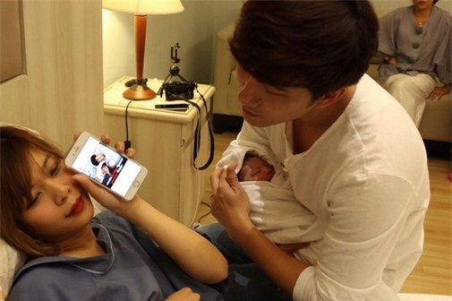 Hai vợ chồng hạnh phúc chia sẻ những tấm ảnh đầu tiên của cô con gái.