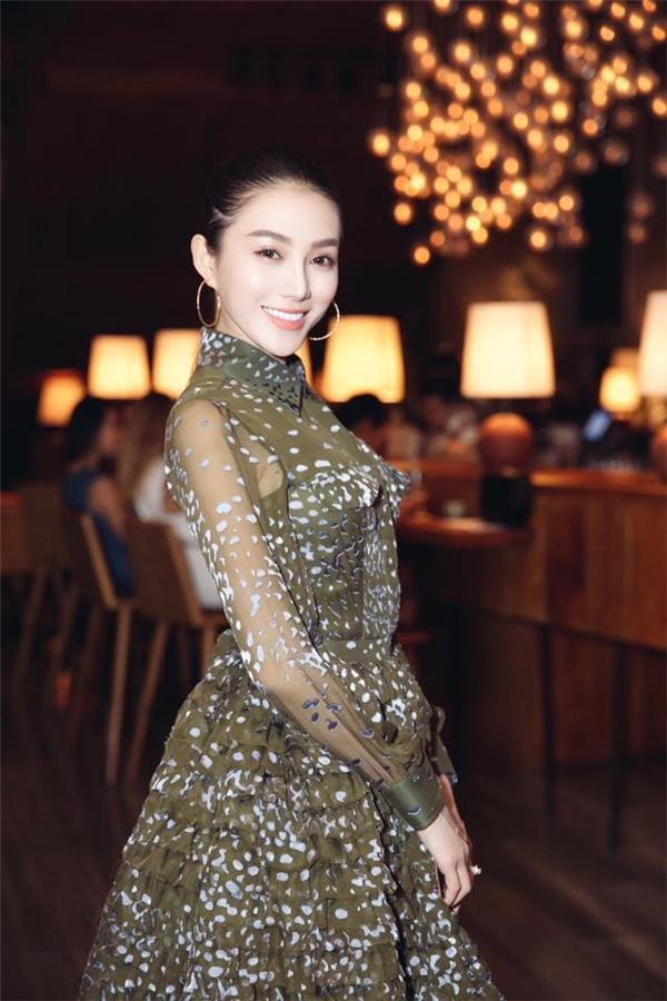 Lê Hà cũng khiến nhiều khán giả nghi ngại khi gương mặt cô đôi lúc trông rất đầy đặn nhưng rồi bất ngờ nhọn hoắc đến khó tin.