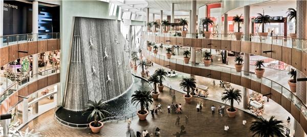 """Khoan hãy vội cười trước ý kiến này bởi bạn không biết những trung tâm mua sắm ở Dubai khổng lồ như thế nào đâu. Đến Dubai, bạn sẽ tha hồ mỏi chân và mỏi…mắt khi ngó nghiêng khắp các trung tâm mua sắm nổi tiếng như Ibn Batuta, Mall of the Emirates hay thậm chí là """"mệt lả"""" tại trung tâm mua sắm lớn nhất thế giới – Dubai Mall. (Ảnh: Internet)"""
