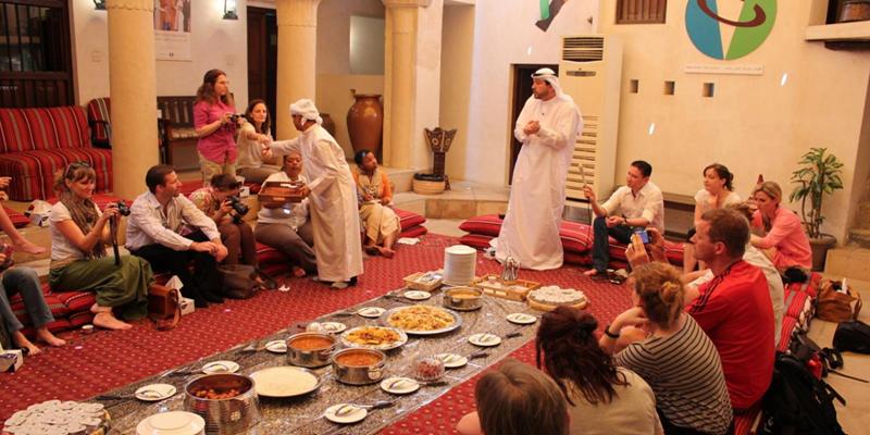 Đây là phương pháp tuyệt vời nhất để hiểu văn hóa, phong tục tập quán và tín ngưỡng bản địa, đồng thời bạn cũng sẽ được thưởng thức những món ăn đậm chất Ả Rập. Từ đó, chắc chắn bạn sẽ có một cái nhìn hoàn toàn khác và mới mẻ về Hồi giáo và văn hóa Dubai.(Ảnh: Internet)