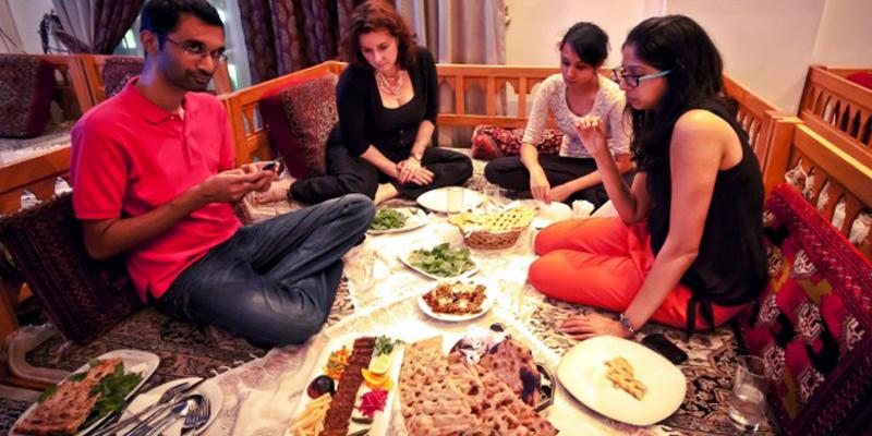 """Đường Diera ở Dubai là nơi tập trung mọi tinh hoa của ẩm thực thế giới. Từ món ăn Ấn Độ, Pakistan, Bangladesh, Trung Quốc đến Li Băng, Ả Rập, Nhật, Anh… đều có thể tìm thấy ở đây với giá cả phải chăng và hương vị khá """"chuẩn"""".(Ảnh: Internet)"""