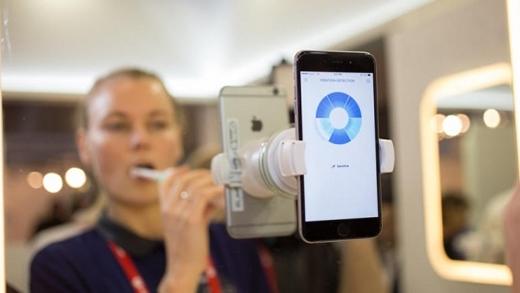 Chiếc bản chải này kết nối với smartphone thông qua bluetooth vàcó thể kết hợp với camera của di động.