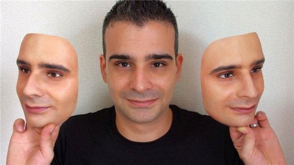 Những người trẻ tuổi cho rằng những chiếc mặt nạ này sẽ giúp bố mẹ bớt cô đơn.