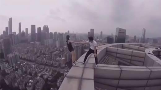 Sốc nặng với cặp đôi chuyên leo nóc nhà cao tầng