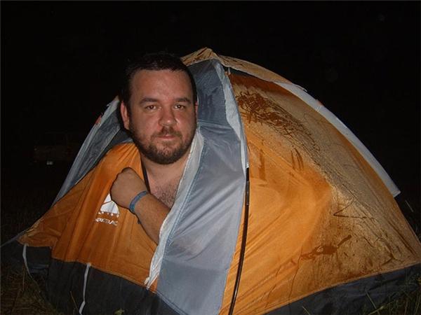 """Một lần nữa, vì không để ý kích thước mà anh chàng phải """"uốn dẻo"""" mới ngủ yên được trong lều."""