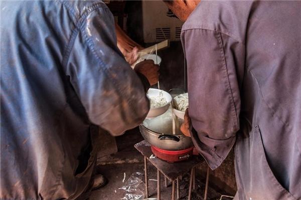 Để tiết kiệm tiền những công nhân mỗi ngày đều góp tiền mua một chút mì nấu lên và cho thêm một chút muối, khôngăn rau và thịt.