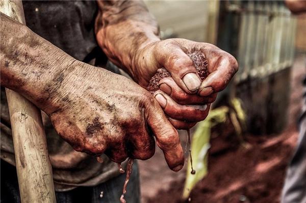Sau khi bốc dỡ xong một kiện hàng, người nông dânlao mồ hôi bằng một chiếc khăn mặt nhỏ.